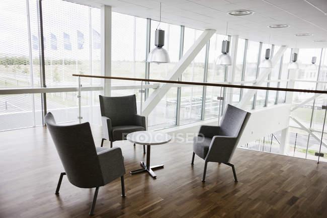 Leere Stühle und Tisch — Stockfoto