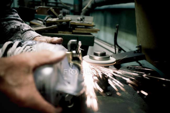 Arbeiterhand schärft Klinge auf Schlittschuhen — Stockfoto
