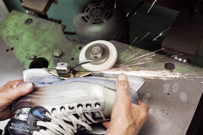 Mani di lavoratori affila lama su skate — Foto stock
