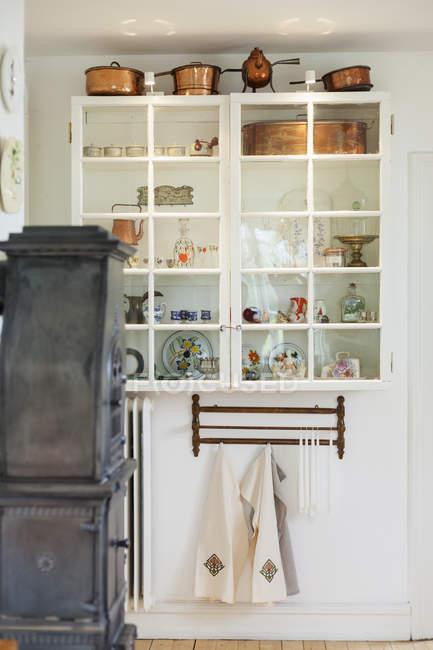 Interiore della cucina con armadi — Foto stock