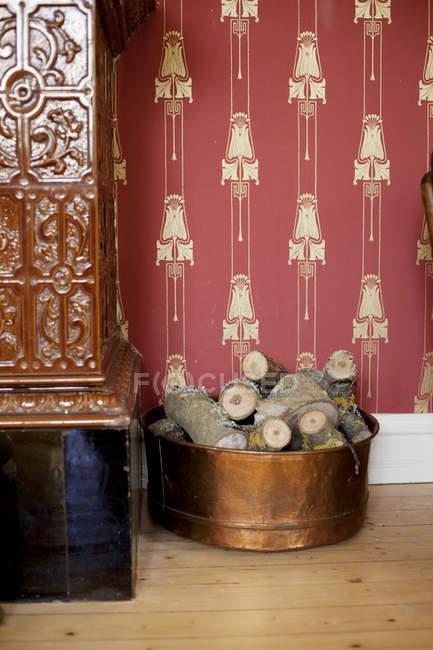 Firewood em recipiente em casa — Fotografia de Stock