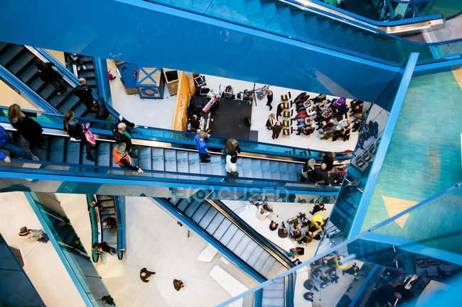 Concierto de música en el centro comercial - foto de stock