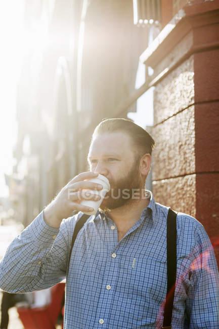 Uomo bere il caffè — Foto stock