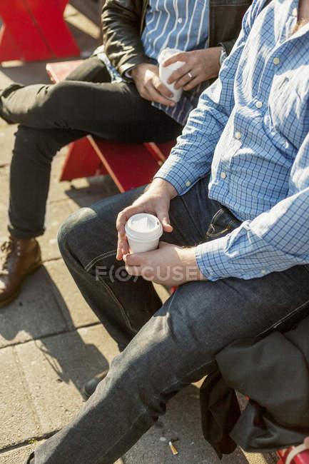 Чоловіки тримають одноразові чашки — стокове фото
