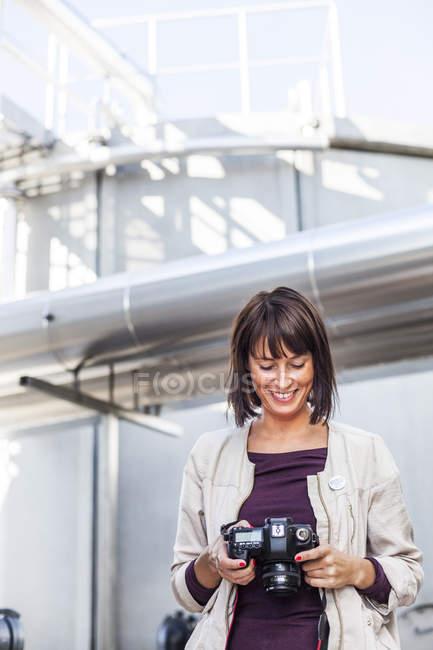 Mulher olhando para fotografias — Fotografia de Stock