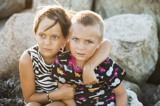 Хлопчик сидів з сестрою — стокове фото