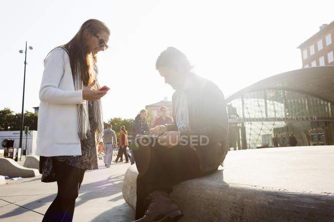 Ділових людей, що використовують цифровий планшетний — стокове фото