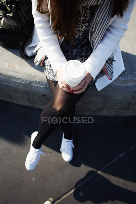 Businesswoman holding disposable coffee cup — Stock Photo