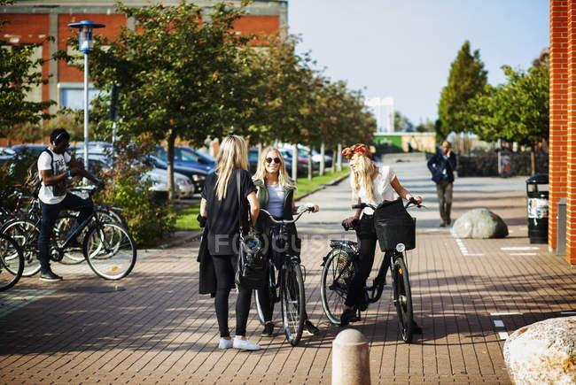 Подруг с велосипеды — стоковое фото
