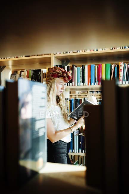 Jeune étudiant de collège livre de lecture — Photo de stock