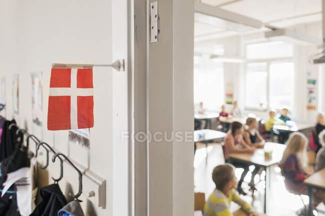 Bandiera Danimarca appesa fuori aula — Foto stock