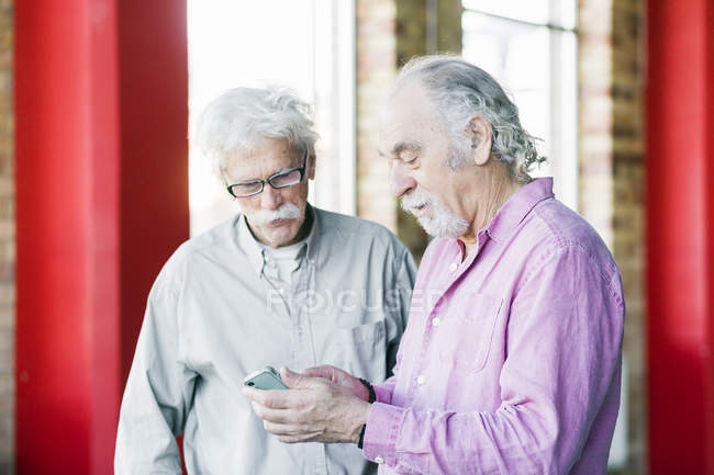 Senioren nutzen Handy — Stockfoto