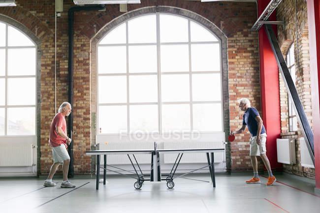 Senioren Herren Tischtennis spielen — Stockfoto