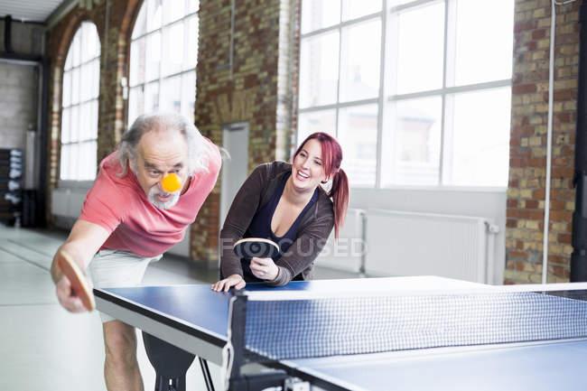 Frau und Mann spielen Tischtennis — Stockfoto