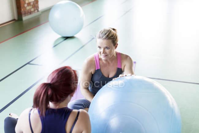 Frauen Fitness Ball Kommunikation — Stockfoto