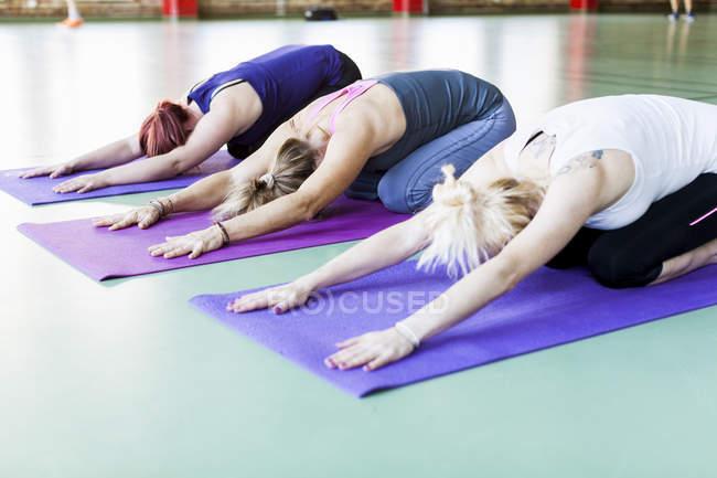 Women exercising on yoga mats — Stock Photo