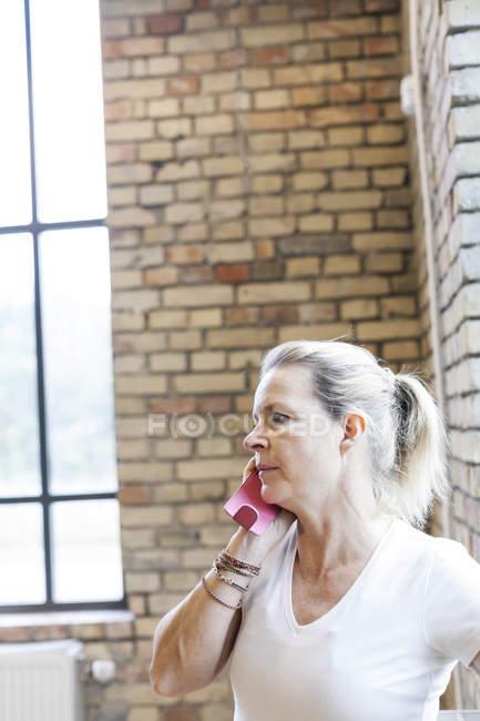 Mulher madura, usando telefone celular — Fotografia de Stock