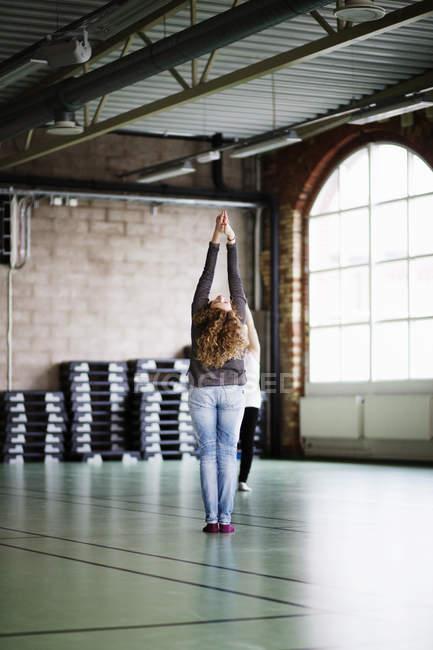 Жінка виконує в студії танцю — стокове фото