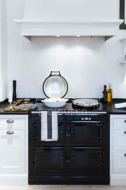 Bandeja de cozimento no fogão — Fotografia de Stock
