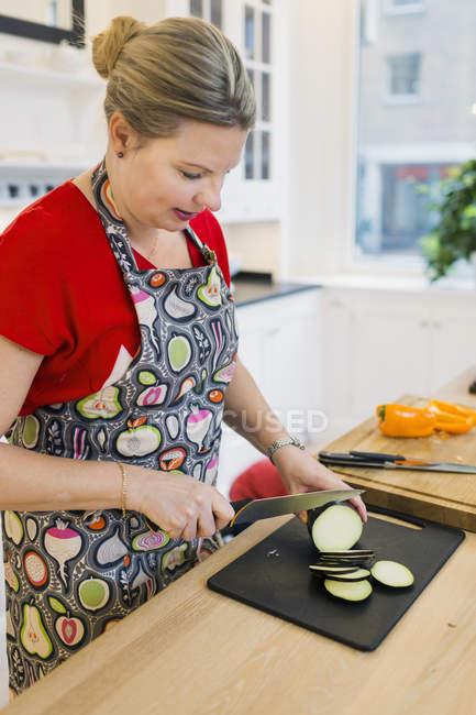 Planta de ovo desbastamento de mulher — Fotografia de Stock