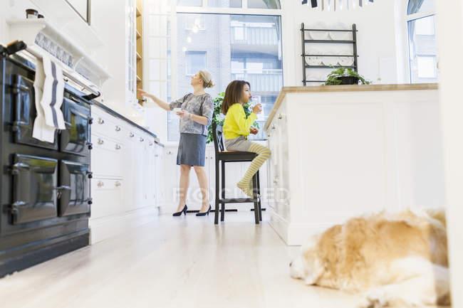 Mädchen und Mutter in der Küche — Stockfoto