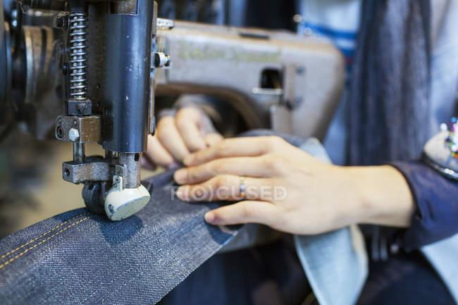 Конструктор, с помощью швейной машины — стоковое фото