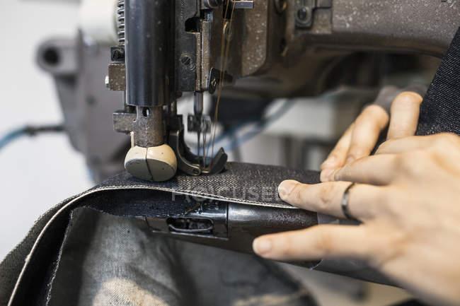 Дизайнер моды шитья джинсов — стоковое фото