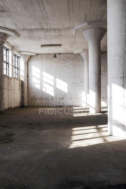 Colonne in camera abbandonata — Foto stock