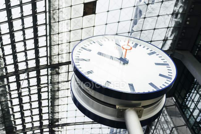 Тактова частота під скляною стелею залізнична станція — стокове фото