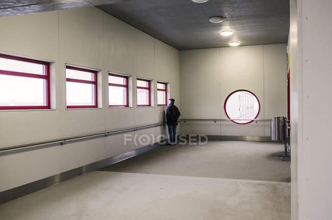 Людина, що стоїть перед вікном — стокове фото