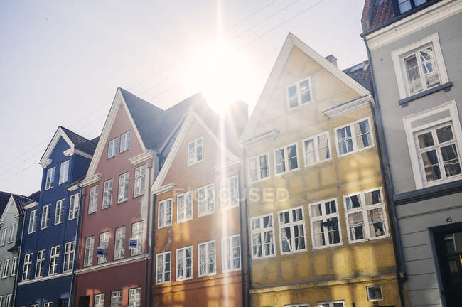 Row houses on sunny day — Stock Photo