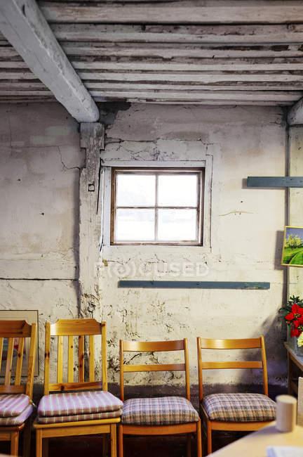 Stühle in Reihe gestellt — Stockfoto
