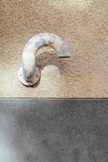 Закаленный трубы, крепится на стену — стоковое фото