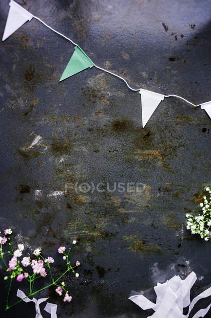 Buntings і квіти на стіл — стокове фото