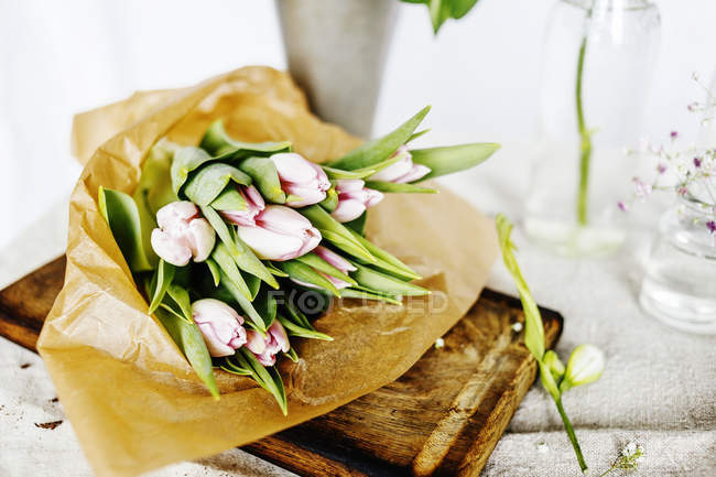 Buquê de tulipa na tábua de corte — Fotografia de Stock