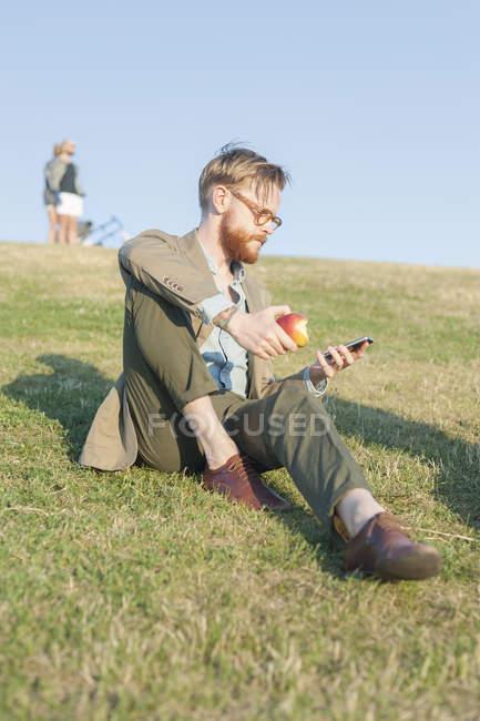Man having apple — Foto stock