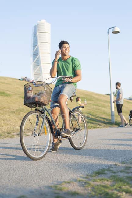Bicicleta de equitação jovem — Fotografia de Stock