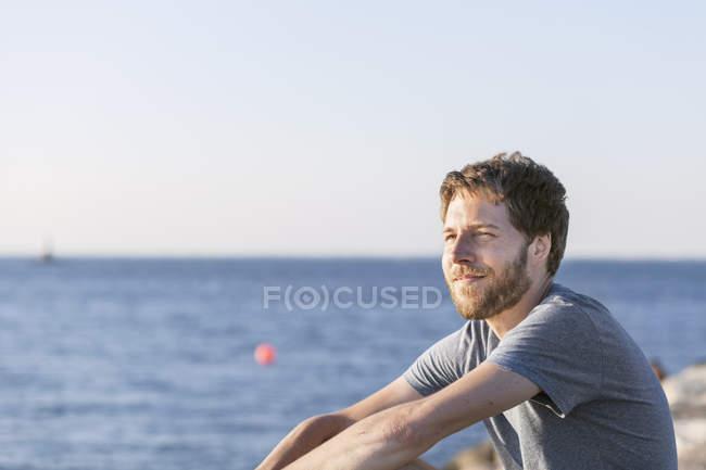 Средний взрослый человек на пляже — стоковое фото