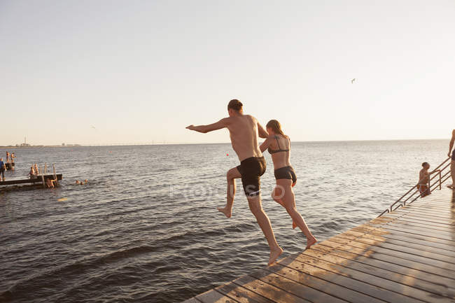 Couple se jetant dans la mer — Photo de stock