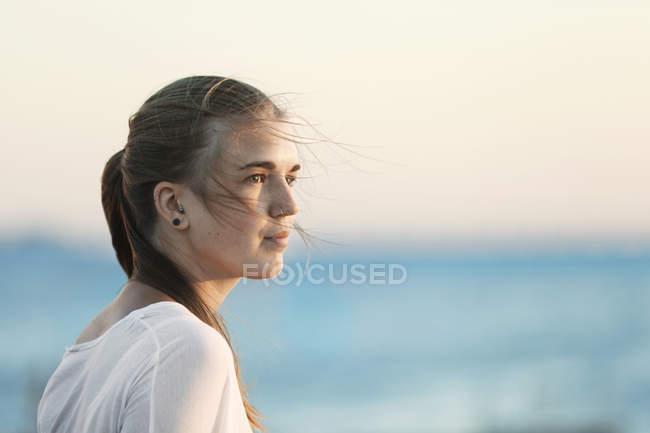 Женщина, отводящая взгляд на пляж — стоковое фото
