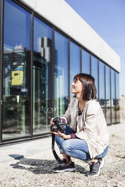 Жінка холдингу камери — стокове фото