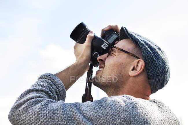 Man photographing sky — Stock Photo