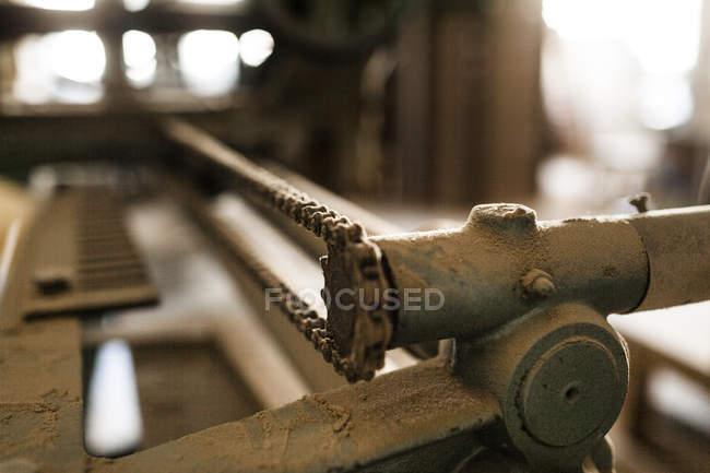 Машина з металевого ланцюга в майстерні — стокове фото