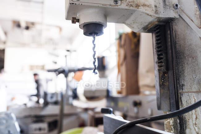 Електрична дриль машини в майстерні — стокове фото