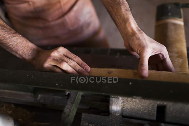 Schreiner mit Maschine in Werkstatt — Stockfoto