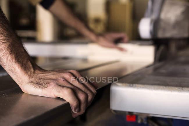 Tischler mit Tisch sah zum Schneiden von Holz — Stockfoto