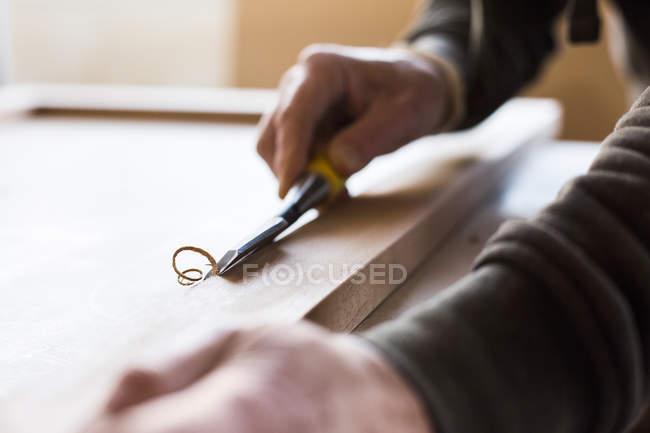 Карпентер, використовуючи долото в майстерні — стокове фото