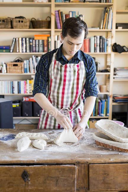 Amassar massa de padeiro na mesa — Fotografia de Stock