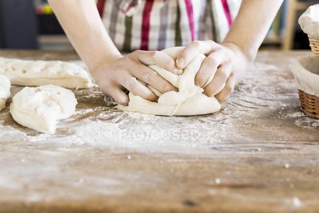 Mãos de padeiros, amassar massa — Fotografia de Stock