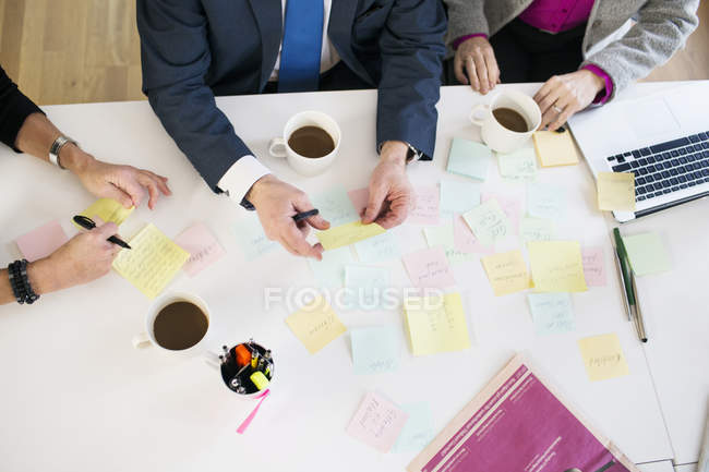Business people with reminders at office desk — Stock Photo